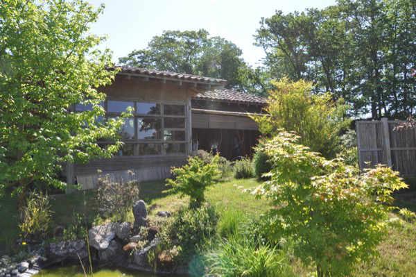 kyudo : petit bassin devant le kyudojo du Parc Oriental de Maulévrier en été