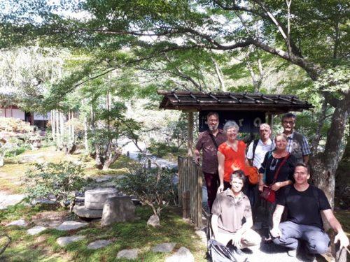 voici le petit groupe des pratiquants partageant cette belle aventure, ici devant le restaurant du Ryoan-ji à Kyoto