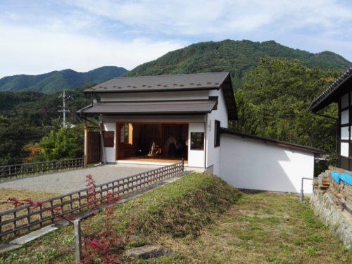 le kyudojo, niché dans la montagne, trône au milieu des rizières.