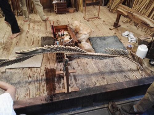 étape de fabrication d'un arc dans les ateliers du yumishi ( facteur d'arc) de Kyoto, lors de notre voyage au Japon.